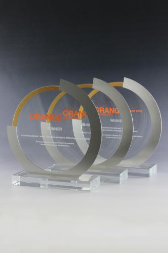 glaspokal-award-metal-folienschnitt-laser-veredelung-orange