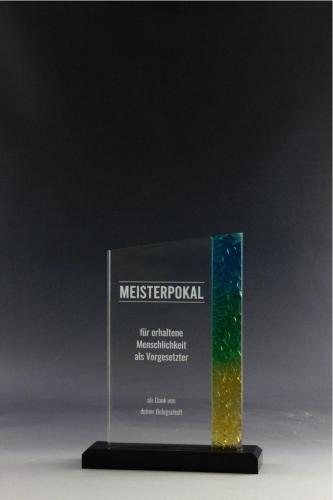 Glaspokal mit einer farbige Kante und veredelt mit Lasergravur